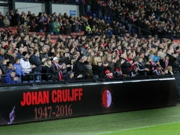 El público de De Kuip despide con una sentida ovación a Johan Cruyff