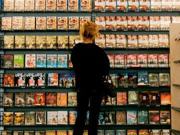 Una mujer alquilando una película en un videoclub