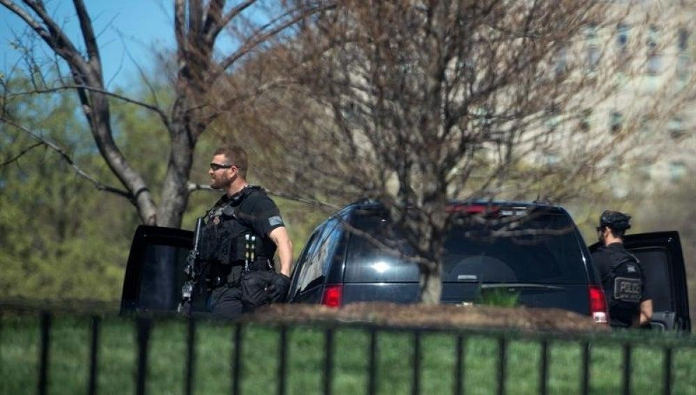 Un agente del servicio secreto patrulla el ala norte de la Casa Blanca