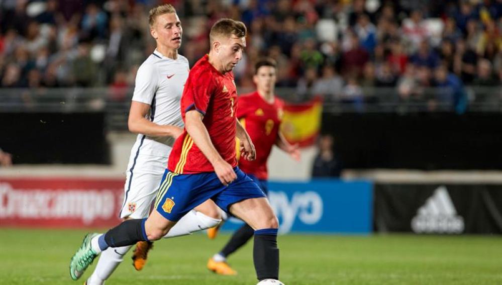 Deulofeu conduce el balón en el partido ante Noruega