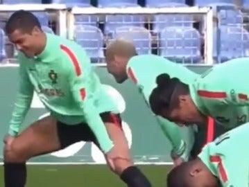 Ronaldo exhibe su movimiento pélvico en el entrenamiento con Portugal