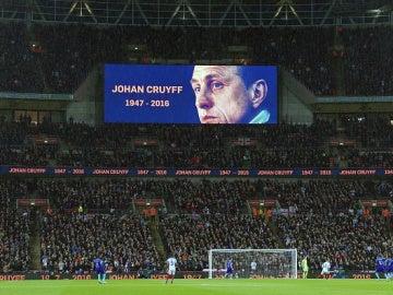 Wembley homenajea a Cruyff en el minuto 14