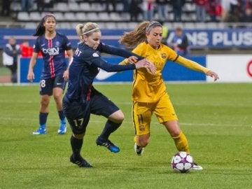 Alexia con el control absoluto del balón ante el PSG