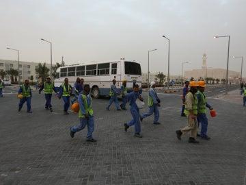 Obreros se dirigen a las obras del Mundial de Catar