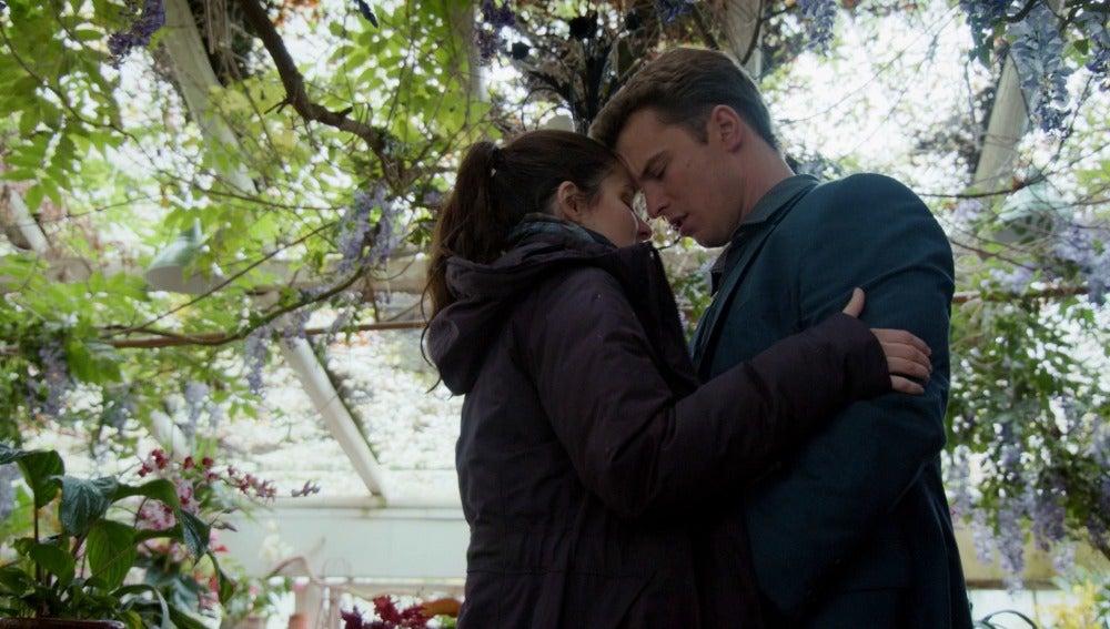 Rachel y Adam se besan