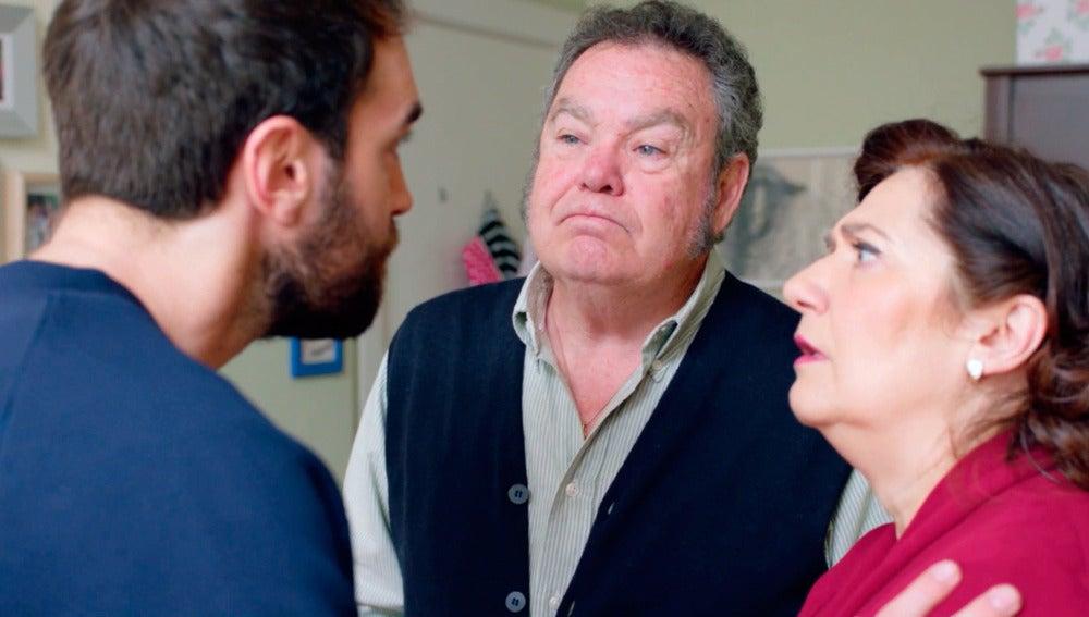 Iñaki les pide a Maritxu y Antonio fingir ser sus padres para conseguir la anulidad