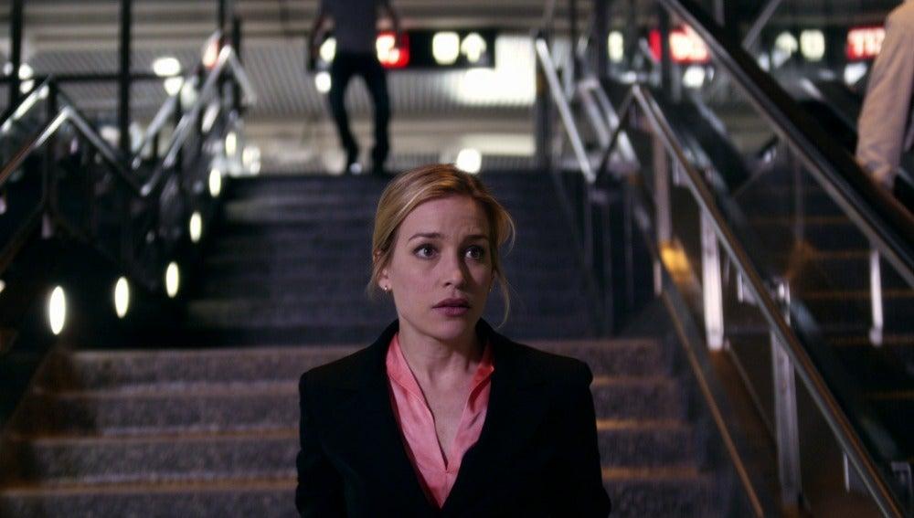 Annie persigue a un sospechoso por el metro