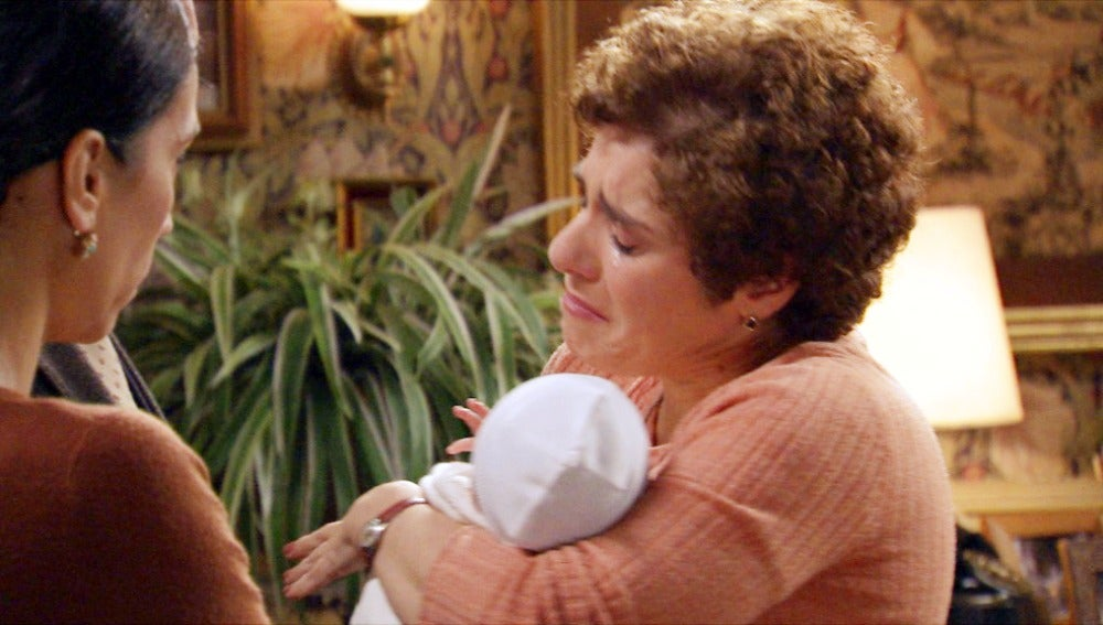 Benigna a punto de entregar al bebé moisés