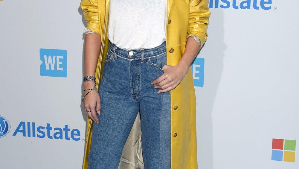 Selena Gomez, con maxi gabardina en mostaza