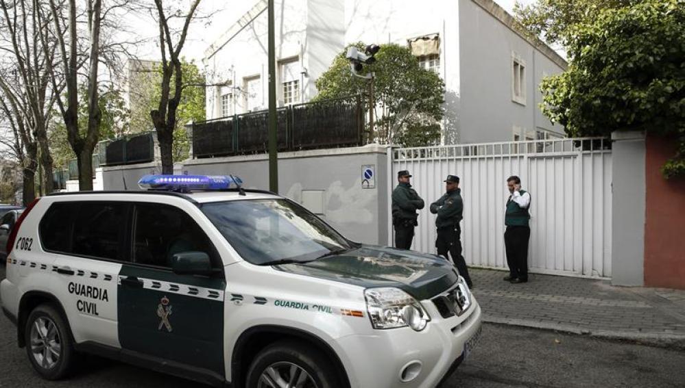 Agentes de la Unidad Central Operativa (UCO) de la Guardia Civil en el domicilio familiar del expresidente de Banesto Mario Conde