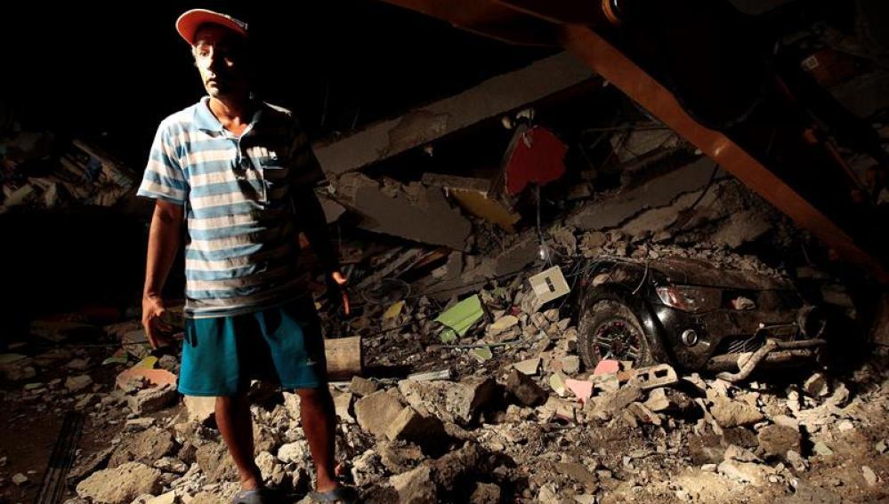Un hombre junto a los escombros que ha dejado el terremoto