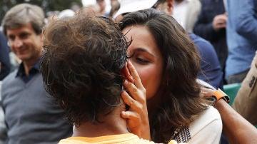 La novia de Nadal le da un beso en la boca