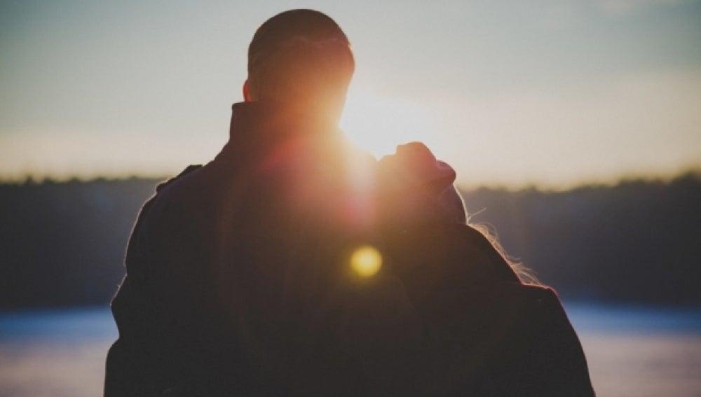 Un pareja disfruta de una puesta de sol