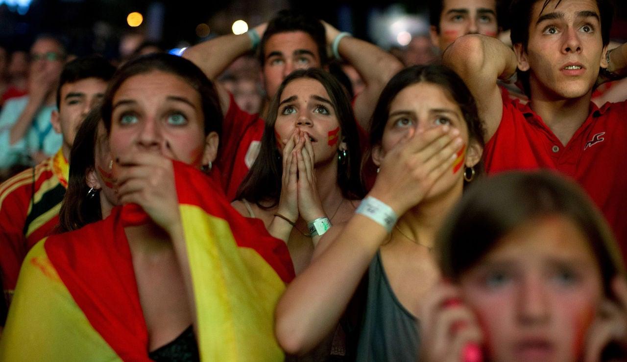 Aficionados españoles ven un partido de la Selección