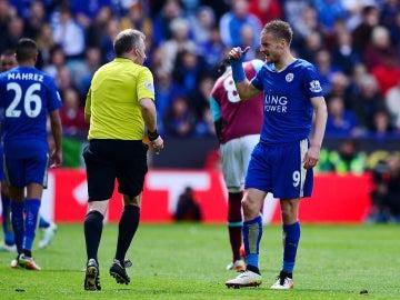 Jamie Vardy protestando al árbitro tras su expulsión
