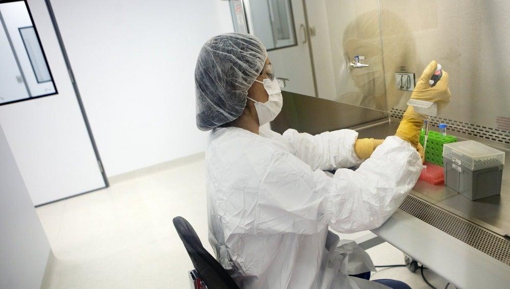 Una investigadora trabajando sobre la vacuna contra la malaria