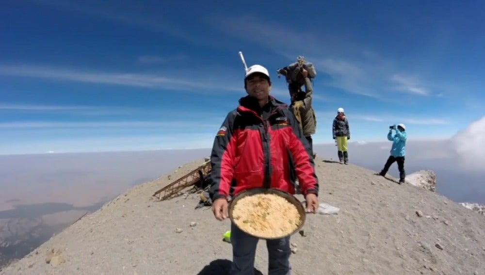 Unos montañeros hacen una paella a 5.700 metros