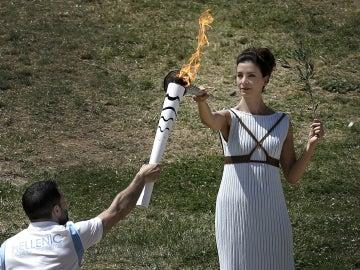 La antorcha olímpica, siendo encendida en Grecia