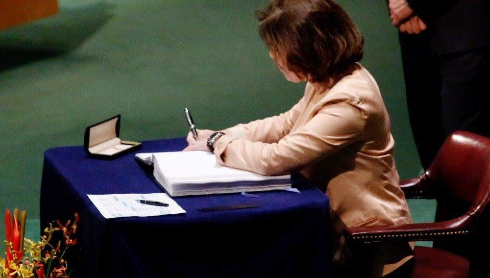 Soraya Sáenz de Santamaría firma en nombre de España el Acuerdo de París