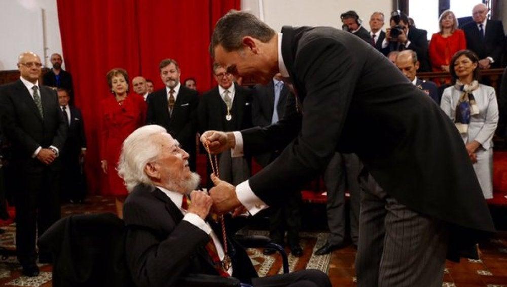 Fernando del Paso al recibir el Premio Cervantes