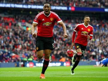 Anthony Martial festeja su gol con con el Manchester United ante el Everton