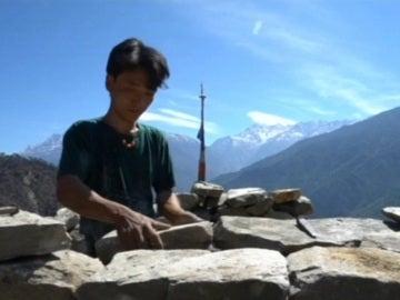 Un nepalí reconstruye su casa con sus propias manos un año después del terremoto