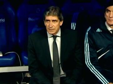 Pellegrini, en el banquillo del Real Madrid durante la 2009-10