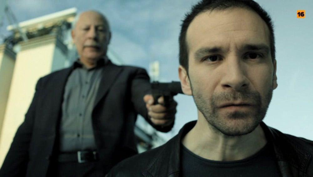 Karim apunta con una pistola a Román en 'Vis a vis'