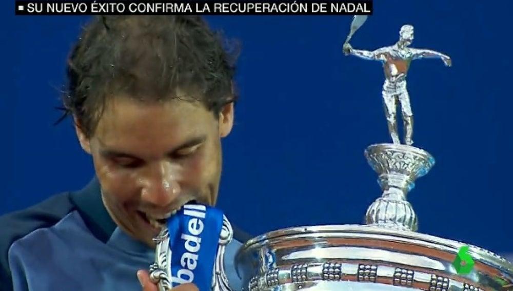 Rafa Nadal muerde el trofeo del Godó