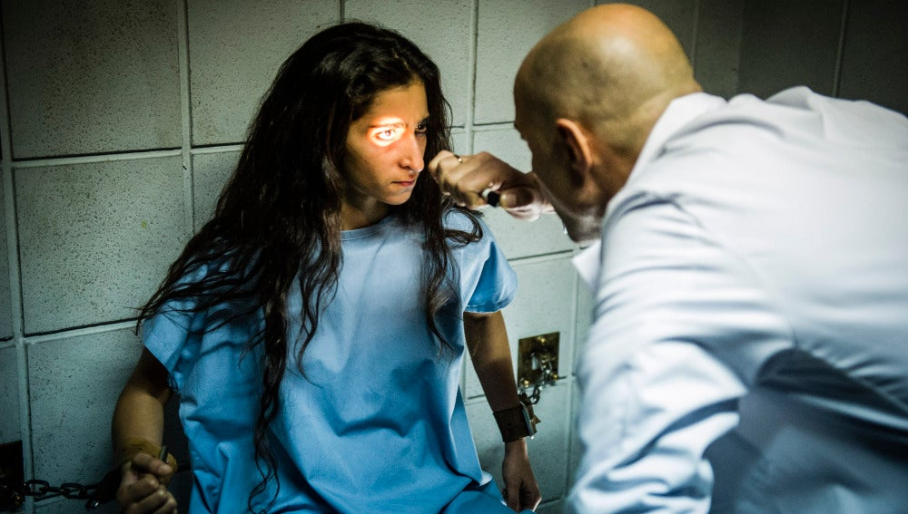 Sandoval examina a Saray