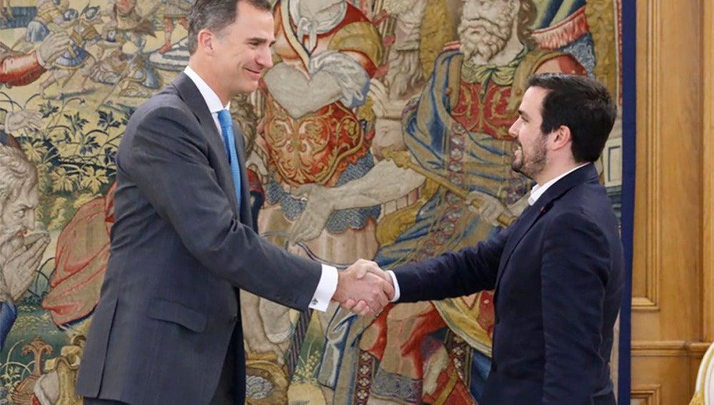 Alberto Garzón junto al Rey Felipe VI