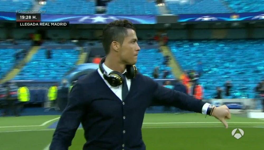 Cristiano Ronaldo, con el pulgar hacia abajo en el césped del Etihad