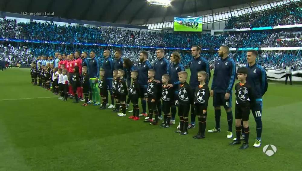 Jugadores del Madrid y del City durante el himno de la Champions