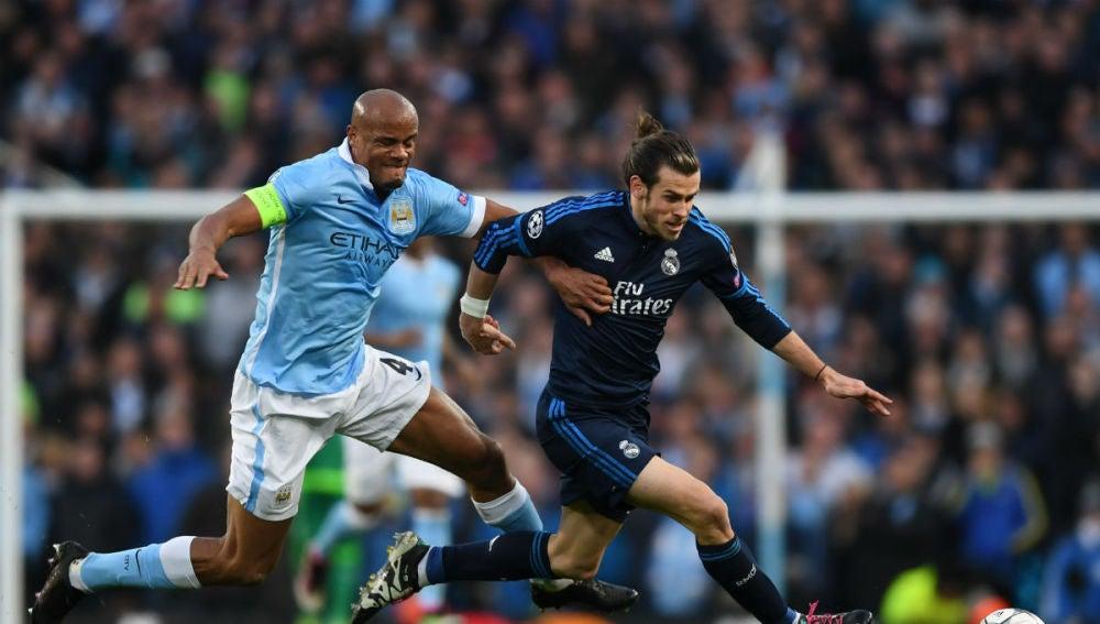Bale intenta escaparse de la marca de Kompany