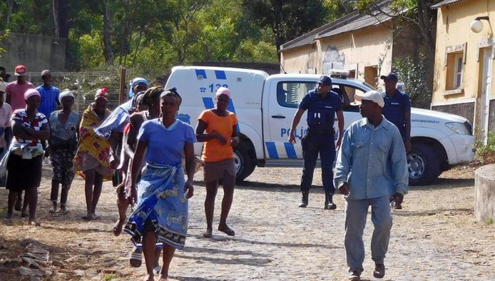 Autoridades locales llegan al lugar donde se encontraron los cuerpos sin vida