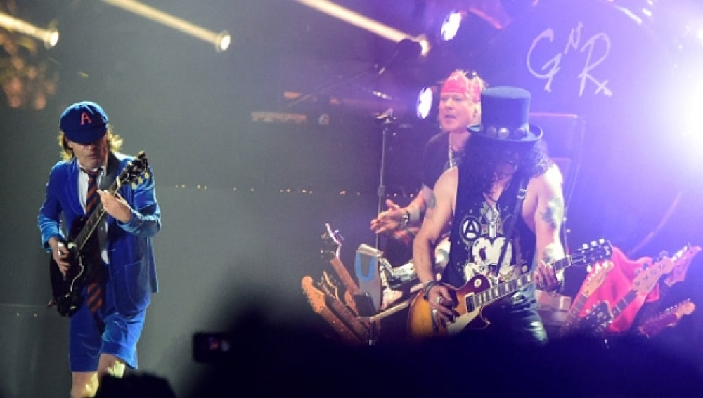 Angus Young de AC/DC en su actuación con Axl Rose en el Coachella