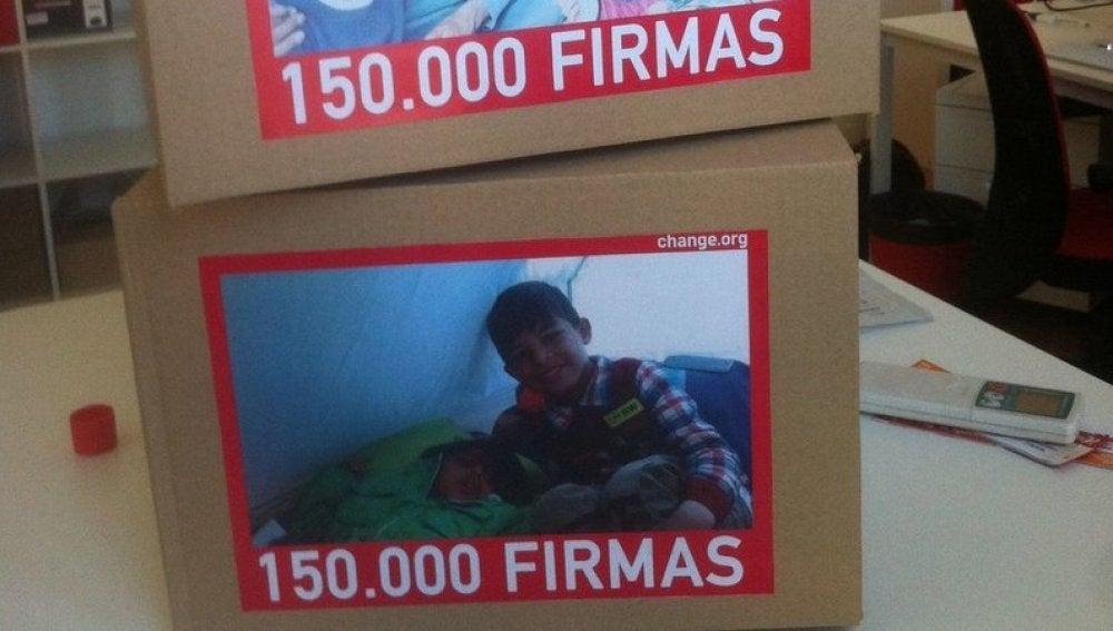 Caja con las firmas para traer a España a Osman
