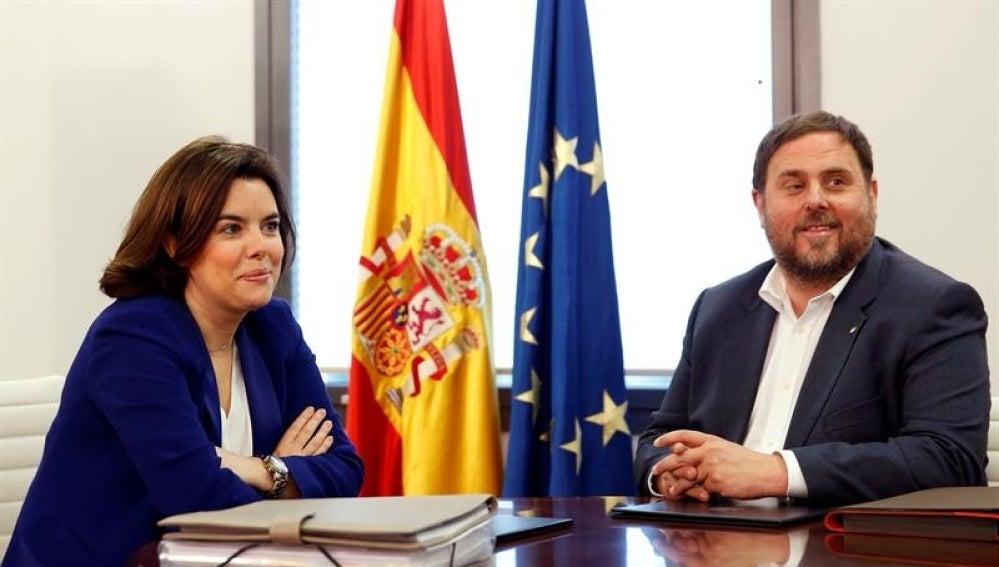 La vicepresidenta del Gobierno en funciones, Soraya Sáenz de Santamaría, y el vicepresidente de la Generalitat de Cataluña, Oriol Junqueras