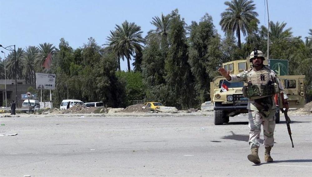 Un soldado iraquí hace guardia al norte de Bagdad