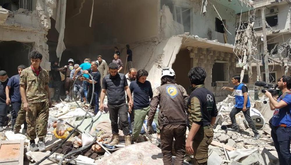 Sirios tras un ataque aéreo en el barrio Bustan Al Qasr