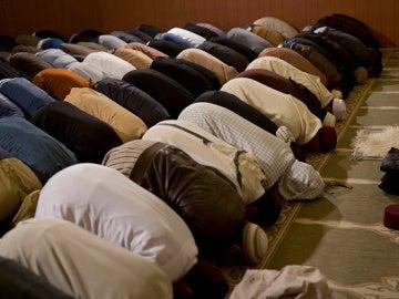 Varios hombres musulmanes rezan en una Mezquita