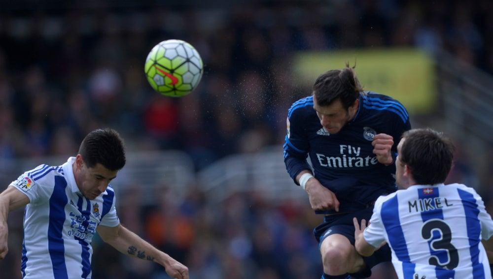Gareth Bale cabecea el balón que se convertiría en el 0-1 contra la Real Sociedad