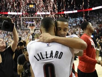 Lillard y C.J. McCollum se abrazan tras la victoria