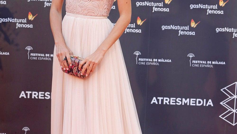 Amaia Salamanca con un vestido rosa emplovado