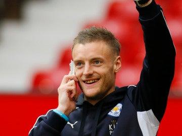 Jamie Vardy, sonriente mientras habla por el teléfono móvil