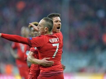 Xabi Alonso celebra su gol con Ribéry