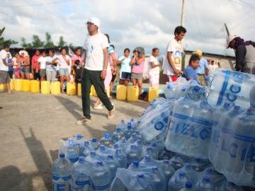 Afectados reciben ayuda en el campamento de Naciones Unidas en Pedernales