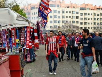 La afición del Atlético de Madrid, en las afueras del Vicente Calderón