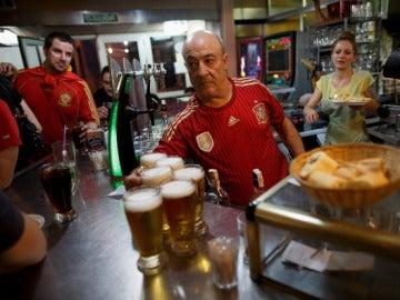 Un camarero sirviendo cerveza