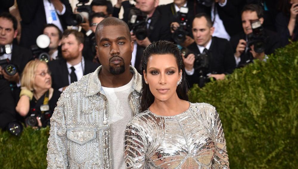 Kim Kardashian y Kanye West han centrado la atención una vez más de los flashes de los periodistas, ya sea por el brillante vestido de ella como por las lentillas grises de él